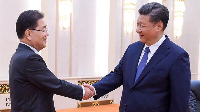 12일 방북·방미 결과를 설명하기 위해 중국을 방문한 정의용 청와대 국가안보실장(왼쪽)이 베이징 인민대회당에서 시진핑 중국 국가주석과 악수하고 있다. /사진=AFP연합뉴스