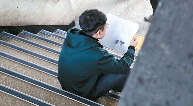 정부가 최근 4년 동안 청년실업 해소에 10조원을 투입했지만 직장을 찾지 못한 청년들의 한숨은 더욱 커지고 있다. 12일 서울 시내 한 대학에서 취업준비생이 신입사원 모집 관련 회사 안내 책자를 보고 있다. /사진=한주형 기자