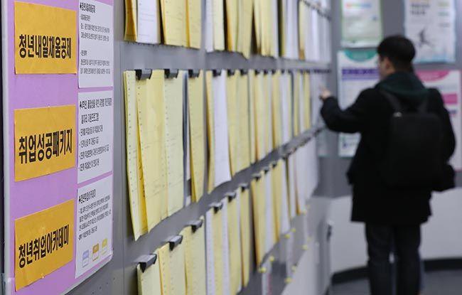 청년실업 문제가 계속 악화되는 가운데 서울 시내 대학교에서 한 학생이 기업체 채용 공고가 붙어 있는 게시판을 꼼꼼히 살피고 있다. /사진=한주형 기자