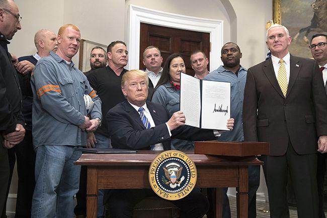 도널드 트럼프 미국 대통령이 지난 8일 수입 철강과 알루미늄에 고율 관세를 부과하는 명령서에 서명한 후 들어보이고 있다. /사진=연합뉴스