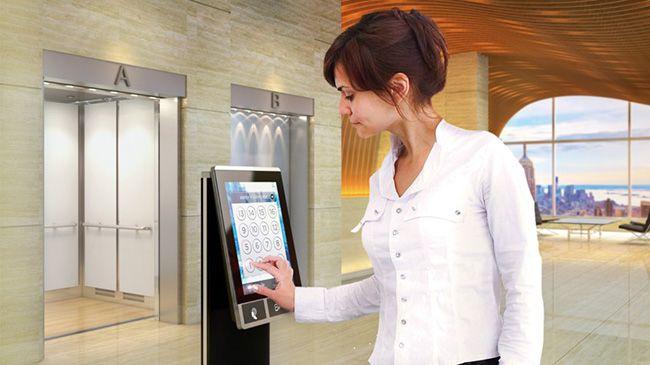 목적층 선택 시스템을 적용한 엘리베이터를 이용하는 모습. /사진제공=티센크루프 홈페이지