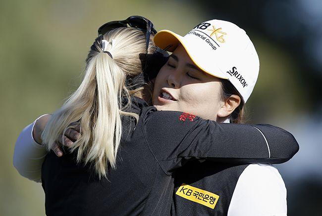 지난 2일(현지시간) 미국 캘리포니아주 랜초 미라지에서 막을 내린 미국여자프로골프(LPGA) 투어 ANA 인스퍼레이션 우승자 페르닐라 린드베리(32·스웨덴, 왼쪽)가 준우승한 박인비(30)를 끌어 안고 있다. /사진=연합뉴스