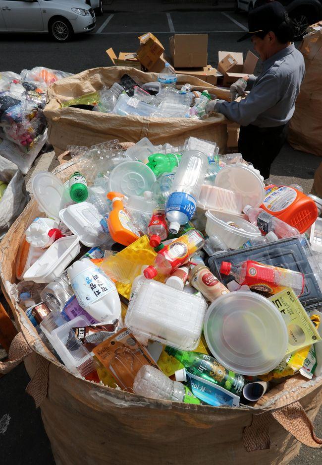 8일 서울 노원구의 한 아파트 쓰레기 수거장에 재활용품이 쌓여 있다.<한주형 기자>
