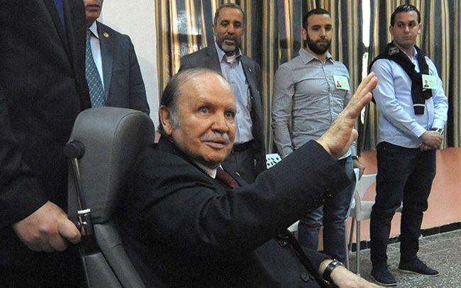 휠체어에 앉아 손을 흔드는 압델 부테플리카 알제리 대통령. /자료=AP