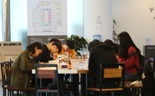 취업자 수 증가폭은 줄고 실업자 수는 3개월째 100만 명을 웃도는 고용 악화가 계속되고 있다.이날 오전 서울 중구 청년일자리센터에서 시민들이 공부를 하고 있다. /사진=연합뉴스