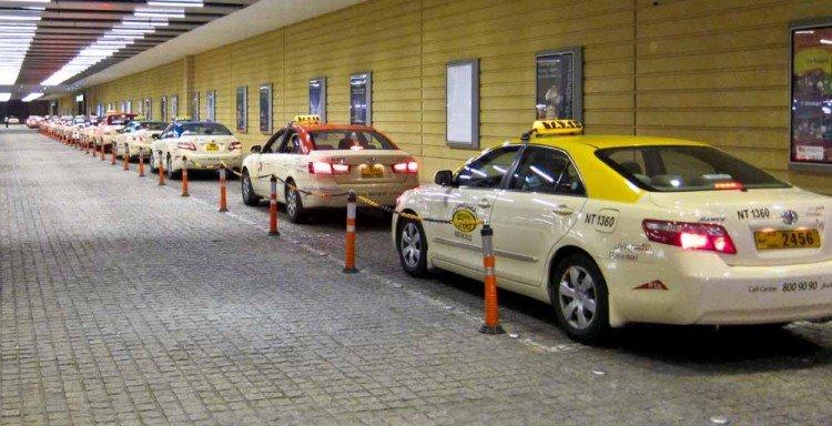 현지 몰에 주차돼 있는 택시들
