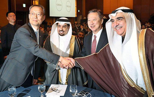 백운규 산업부 장관(맨 왼쪽)과 아델 빈 파키호 사우디아라비아 경제기획부 장관이 지난해 10월 26일 서울에서 열린