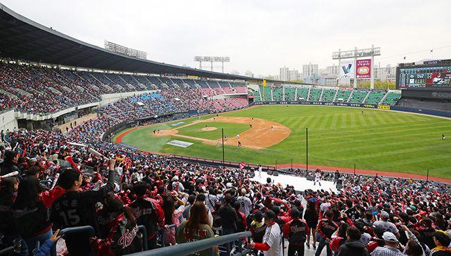 지난 15일 오후 2018 KBO 프로야구 kt 위즈와 LG 트윈스 경기가 열리는 서울 잠실야구장을 찾은 관중들이 열띤 응원을 펼치고 있다. /사진=연합뉴스