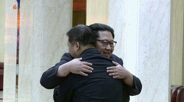 북한 조선중앙TV가 김정은 노동당 위원장이 중국 예술단 단장으로 방북한 쑹타오(宋濤) 중국 공산당 대외연락부장을 접견하는 장면이 담긴 영상을 15일 공개했다. 사진은 김 위원장이 쑹 부장을 얼싸안는 모습. / 연합뉴스