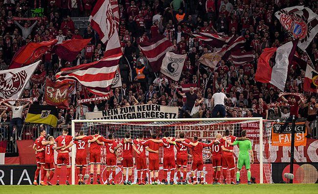 지난 11일(현지시간) 독일 뮌헨에서 치러진 2017-2018 유럽축구연맹(UEFA) 챔피언스리그 8강 세비야와 2차전에서 4강 진출에 성공한 바이에른 뮌헨의 선수들이 팬에게 인사하고 있다. /사진=뮌헨 EPA, 연합뉴스