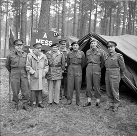 몽고메리 장군 뿐만 아니라 많은 장교들이 더플 코트를 즐겨 입었다. 사진의 왼쪽에서 두 번째는 캐나다군 총참모장 해리 크레라(Harry Crerar) 장군. 더플코트를 입고 있다.