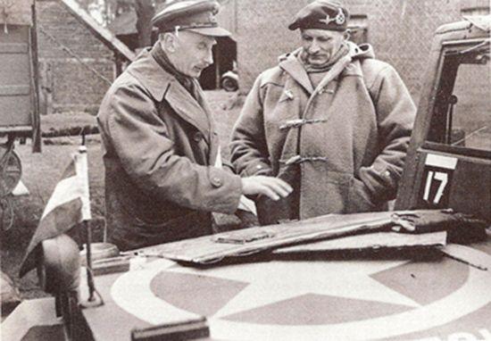 더플 코트를 입고 작전상황도를 보고 있는 몽고메리 장군(우) /출처=위키피디아