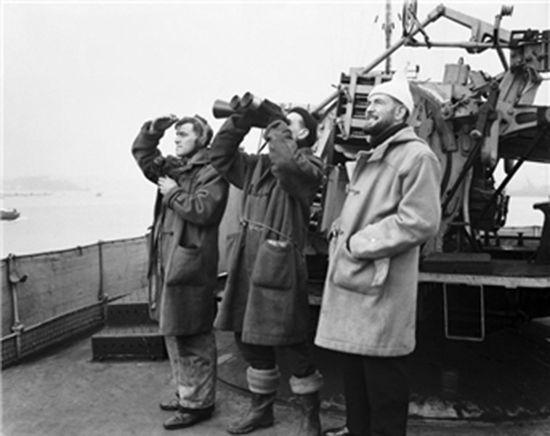 제2차 세계대전 당시 더플 코트를 입은 영국 해군의 모습. 맨 우측의 것 역시 해군 보급품으로 연한 황토색의 컬러에 보온성을 강화한 것이 특징이었다. /출처=https://www.gentlemansgazette.com/duffle-coat-guide-history-details/