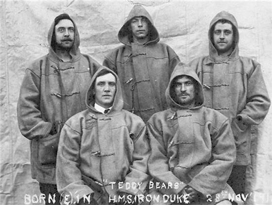 1919년 영국 해군 아이언 듀크(Iron Duke) 호에서 더플 코트를 입은 선원들 /출처=https://www.gentlemansgazette.com/duffle-coat-guide-history-details/