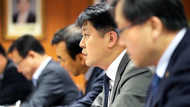 유광열 금융감독원장 직무대행(가운데)이 25일 서울 여의도 금융감독원에서 열린