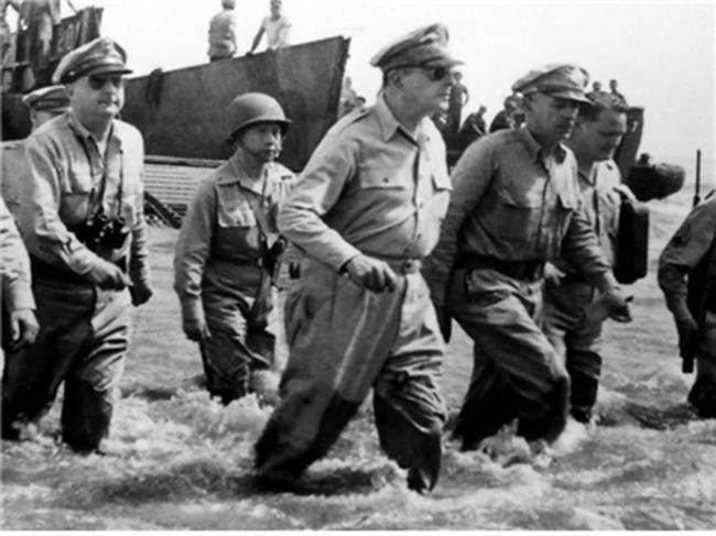 필리핀 레이테만에 상륙하는 맥아더 장군. 레이-밴을 쓰고 있다. /출처=위키피디아