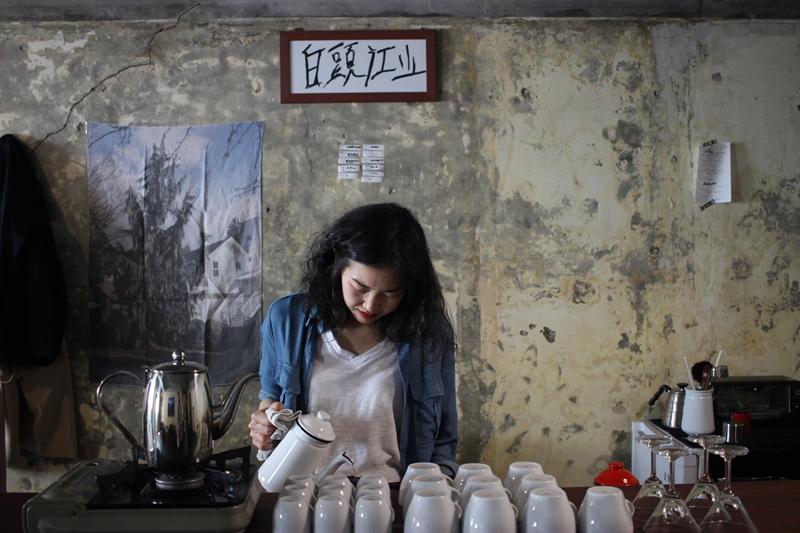 백두강산을 공동 운영하는 강경미 씨가 커피를 따르고 있다. / 사진=박태일 기자