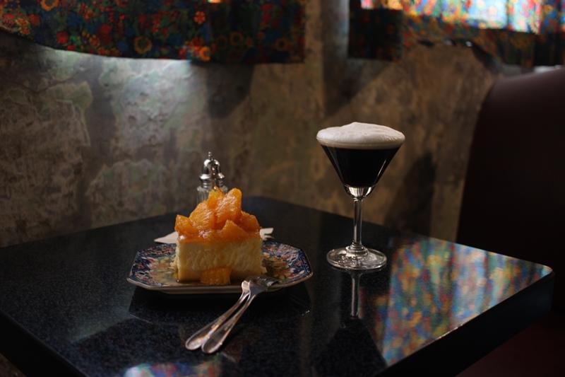 백두강산의 대표 메뉴인 백두강산 시그니처 커피와 오렌지 치즈 케이크 / 사진=박태일 기자
