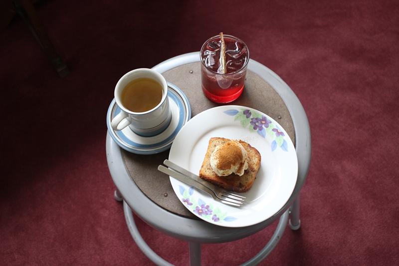 커피사 마리아의 대표 메뉴인 자몽쌕쌕, 마가렛 티, 바나나케이크 / 사진=박태일 기자