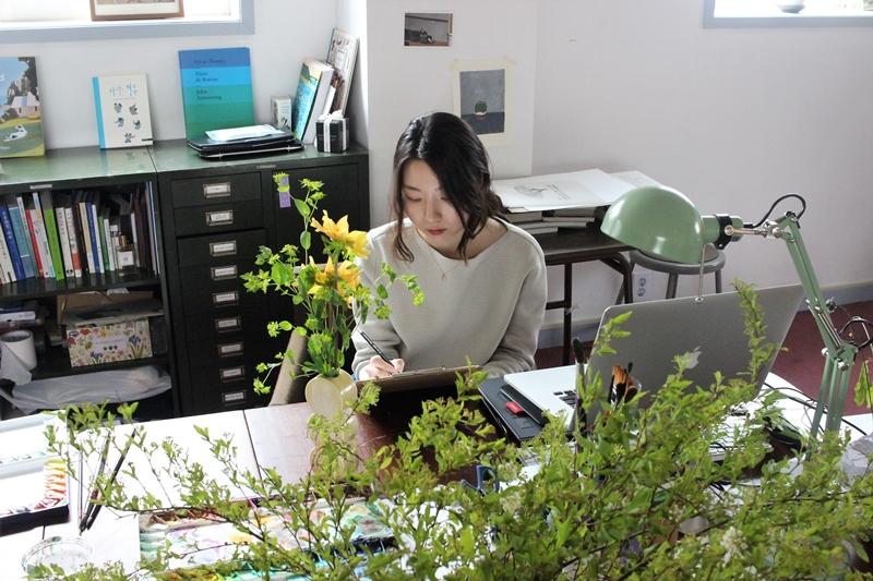 커피사 마리아의 이마리아 씨가 그림을 그리고 있다. / 사진=양유창 기자