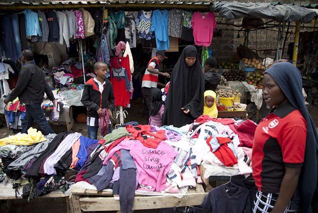 케냐 나이로비의 한 시장에서 미국산 헌옷이 팔리는 모습. /사진=AP