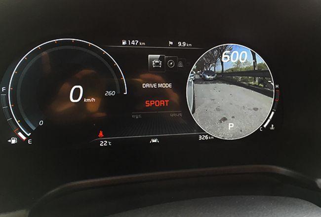 우측 방향지시등을 켜자 운전 계기판에 카메라로 찍은 우측 차선이 뜬다. 사각지대를 없애 안정성을 더했다는 평가다.