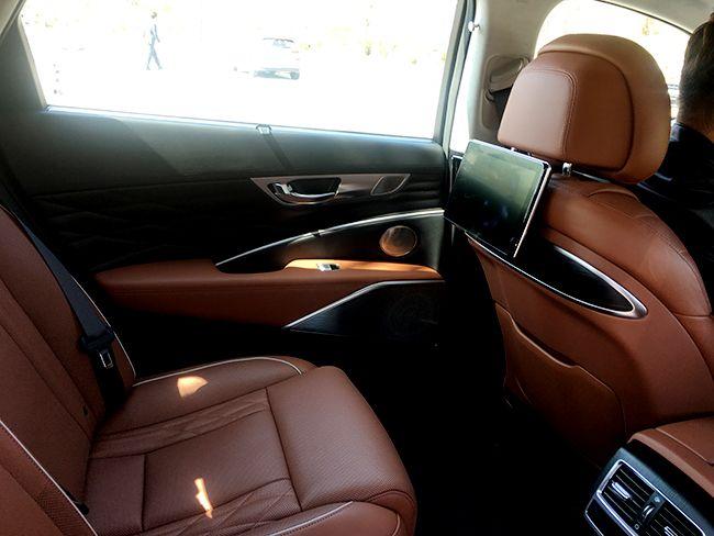 운전석 뒷부분에 부착된 디스플레이. 승차한 모든 사람들이 엔터테인먼트를 즐길 수 있다.