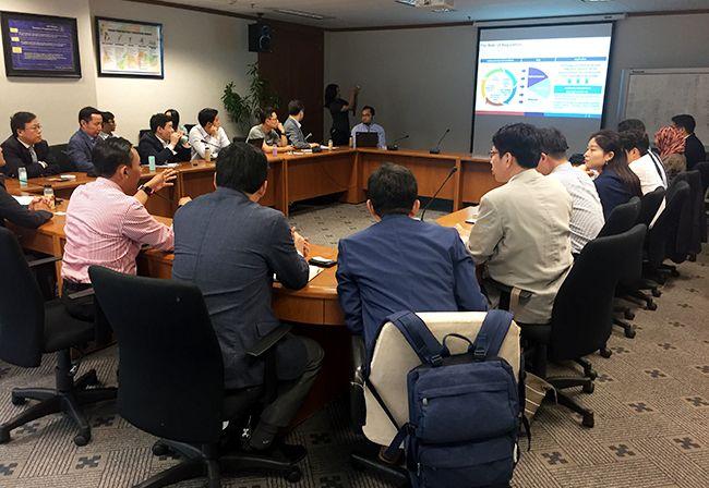 인도네시아 중앙은행 공무원들과 면담 중인 한국 IT 기업인들