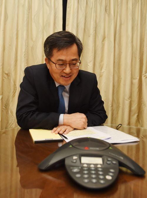 김동연 부총리 겸 기획재정부 장관이 지난 3일 필리핀 마닐라 샹그릴라호텔에서 수마 차크라바티 유럽부흥개발은행(EBRD) 총재와 전화통화를 하고 있다.