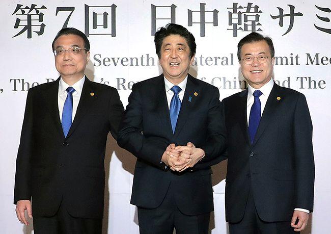 문재인 대통령과 아베 신조 일본 총리(가운데), 리커창 중국 국무원 총리가 9일 오전 일본 도쿄 영빈관