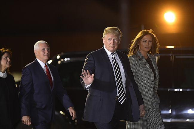 10일(현지시간) 도널드 트럼프(오른쪽 두 번째) 미국 대통령 내외가 마이크 펜스 부통령 내외와 함께 북한에서 전격 석방된 한국계 미국인 3명을 맞이하기 위해 워싱턴DC 인근 메릴랜드 주 앤드루스 공군기지에 도착하고 있다. /사진=워싱턴 AP, 연합뉴스