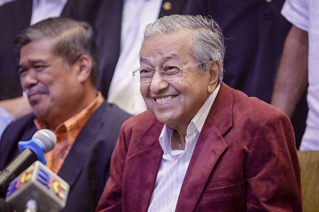 마하티르 빈 모하맛 전 말레이시아 총리(오른쪽)가 10일 쿠알라룸푸르 소재 호텔에서 총선 승리 기자회견을 하며 환하게 웃고 있다. /사진=AP연합뉴스