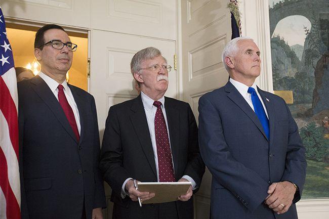 존 볼턴 미국 백악관 국가안보회의(NSC) 보좌관(가운데)이 지난 8일(현지시간) 백악관에서 도널드 트럼프 대통령의 이란 핵 합의 탈퇴 선언 기자회견을 지켜보고 있다. /사진=워싱턴 EPA, 연합뉴스
