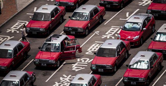 줄지어 선 홍콩 택시들. 홍콩 택시는 현금으로 대금을 받는 경우가 잦다.