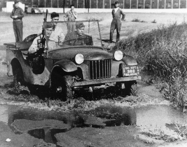 지프의 매력은 잘 포장된 도로에서 느끼기엔 역부족이다. 과거 전장을 누리던 때처럼.