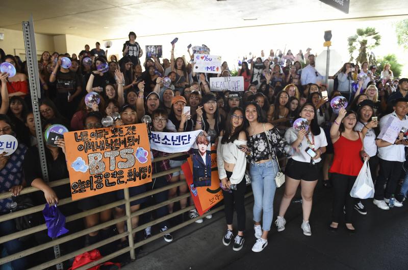 지난 20일(현지시간) 미국 라스베이거스 MGM 그랜드호텔에서 해외 팬들이
