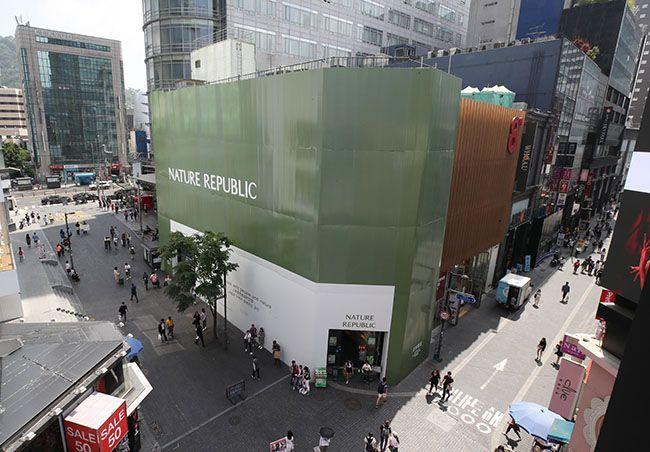 서울 명동 한복판 네이처리퍼블릭 화장품 판매점 부지가 15년 연속 전국에서 제일 비싼 땅값을 유지한 것으로 나타났다. /사진=연합뉴스