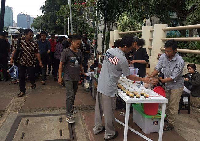 일몰 후 부카 푸아사(Buka Puasa)를 즐기는 인도네시아 무슬림