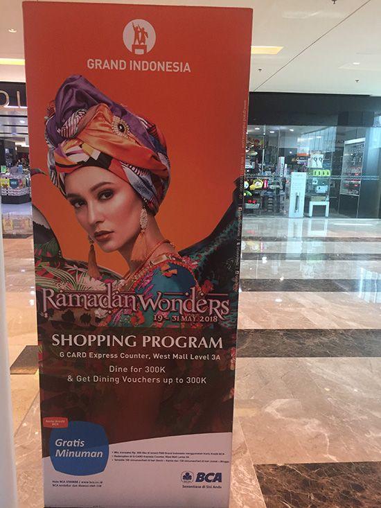 인도네시아 자카르타의 고급 쇼핑몰 내 라마단 프로모션 광고