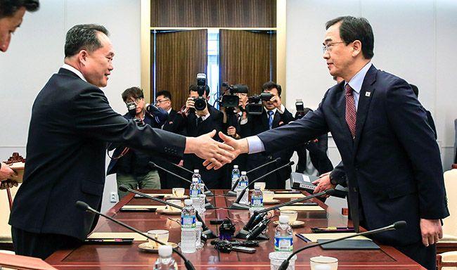 조명균 통일부 장관(오른쪽)과 리선권 조국평화통일위원회 위원장이 1일 판문점 남측 평화의집에서 열린