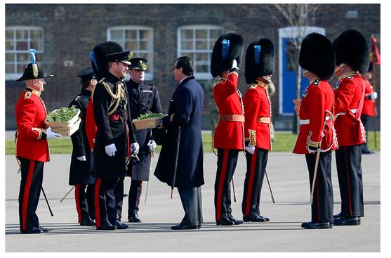 가운데 윌리엄 왕자가 입고 있는 검은 프록 코트는 고위 장교용이다. 맞은편 신사가 입고 있는 것은 네이비 블루의 프록 코트. 우측에 경례를 하고 있는 이들은 근위병들로 길이를 짧게 개선한 프록 코트를 입고 있다. /출처=www.dailymail.co.uk