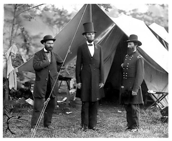 남북전쟁이 한창이던 1862년 야전에서 사진을 촬영한 링컨 대통령. 좌측은 경호를 담당했던 앨런 핑커톤, 우측은 테네시사령관 등을 역임한 존 알렉산더 맥클러낸드 장군. 모두 프록 코트를 입고 있다. /출처=위키피디아