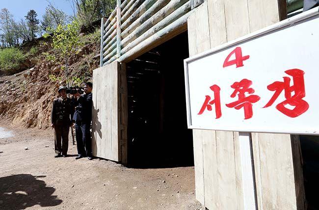 지난달 24일 북한 핵무기연구소 관계자들이 함경북도 길주군 풍계리 핵실험장 폐쇄를 위한 폭파 작업을 했다. 북한 군인이 4번 갱도 앞을 지키고 있다. /사진=사진공동취재단