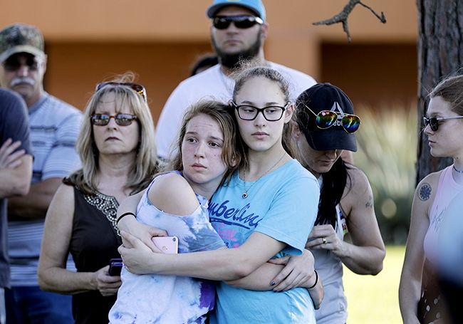 지난달 18일(현지시간) 텍사스주 산타페 고교 총격에서 생존한 학생들이 서로를 위로하는 모습. /사진=AP연합뉴스
