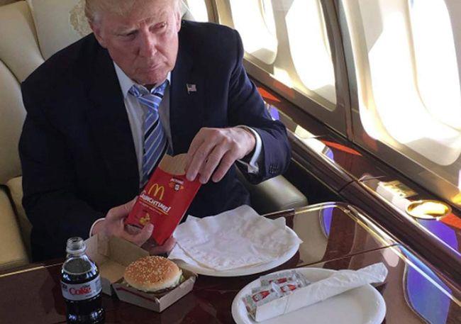 전용기에서 맥도널드 햄버거를 먹는 트럼프. /사진=트럼프 인스타그램