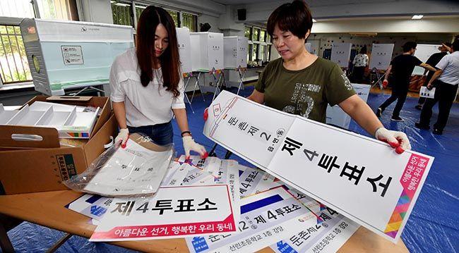 6·13 지방선거를 하루 앞둔 12일 서울 강동구 둔촌2동 제4투표소에서 강동구선거관리위원회 관계자들이 투표소를 설치하고 있다. /사진=한주형 기자