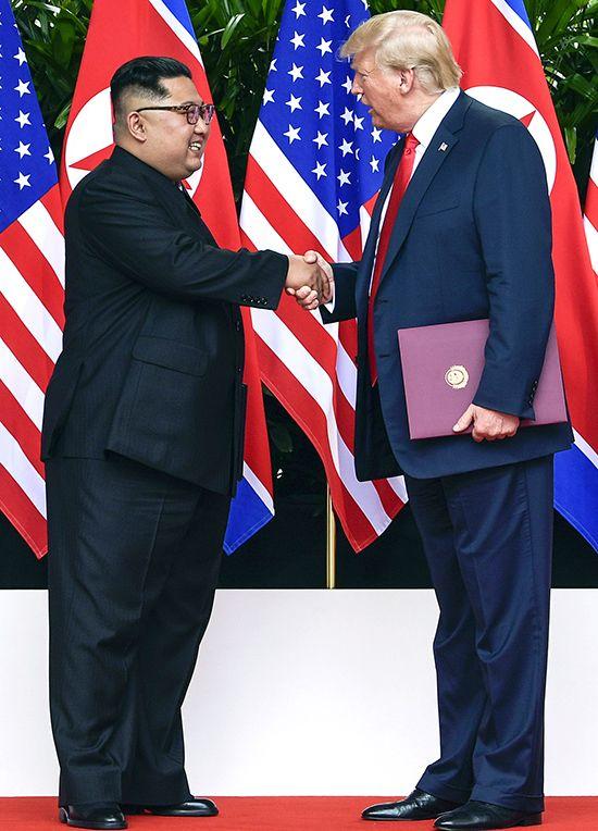 도널드 트럼프 미국 대통령(오른쪽)과 김정은 북한 국무위원장이 12일 싱가포르 센토사섬 카펠라호텔에서 역사적인 미·북정상회담을 마치고 공동합의문에 서명한 뒤 악수를 하고 있다. 두 정상은 이번 회담에서 한반도의 완전한 비핵화와 북한 체제 보장에 대한 합의를 이뤄냈다. /사진=AP연합뉴스