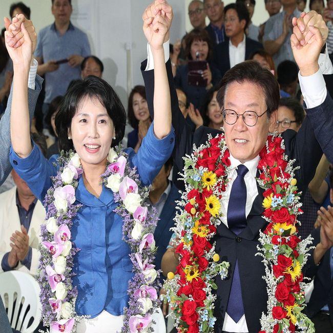 이재명 경기지사 당선인이 13일 선거 승리를 확인한 뒤 수원시 팔달구 선거사무소에서 부인 김혜경 씨(왼쪽)와 함께 환호하고 있다.<이승환 기자>