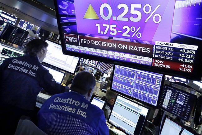 13일(현지시간) 미국 뉴욕증권거래소(NYSE) 입회장의 모니터에 연방준비제도(Fed·연준)의 기준금리 인상 결정을 알리는 뉴스가 방송되고 있다. /사진=뉴욕 AP, 연합뉴스