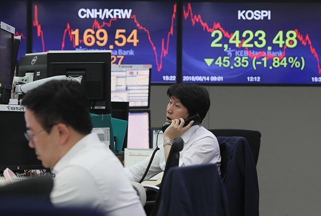 미국의 금리 인상 속도가 빨라질 것이라는 우려 속에 코스피가 하락한 지난 14일 오후 서울 중구 KEB하나은행에서 직원들이 업무를 보고 있다. /사진=연합뉴스